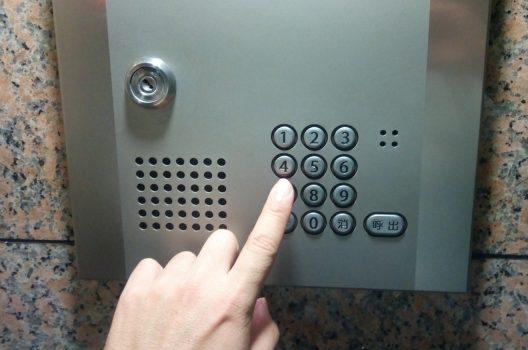 ドアの鍵を暗証番号式にするなら!平均価格・選び方・交換方法を紹介